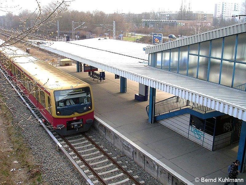 Bild: einfahrender Zug von Gehrenseestraße