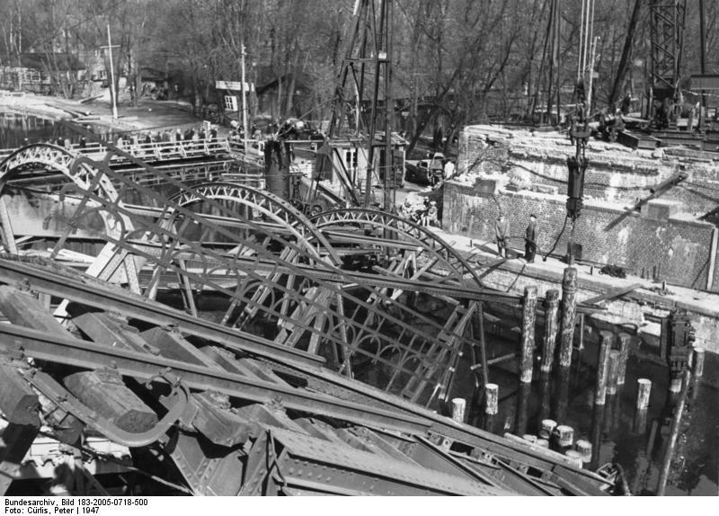Bild: kriegszerstörte Brücke über den Teltowkanal bei Kohlhasenbrück