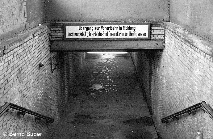 Bild: Treppenabgang zum Vorortbahnsteig