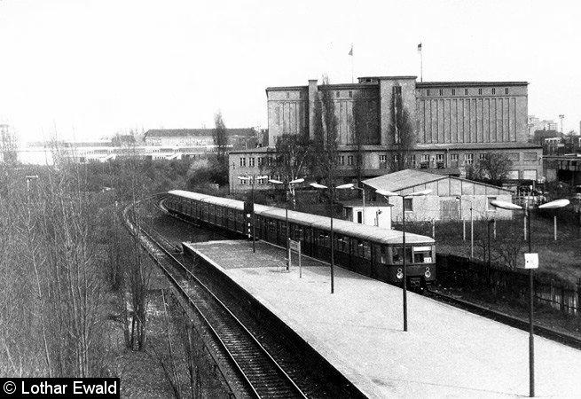 Bild: Zugausfahrt und Kühlhaus