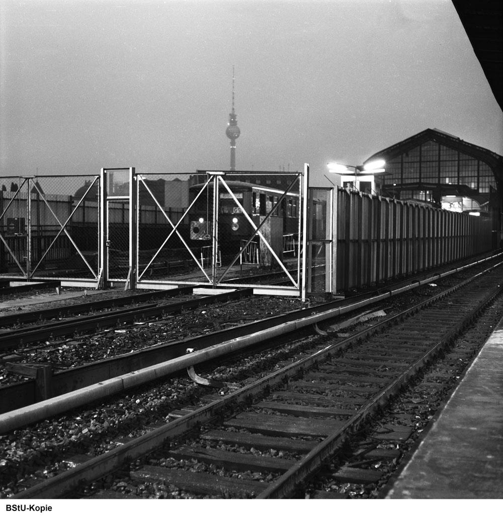 Bild: Zug am westlichen Bahnsteigende 1