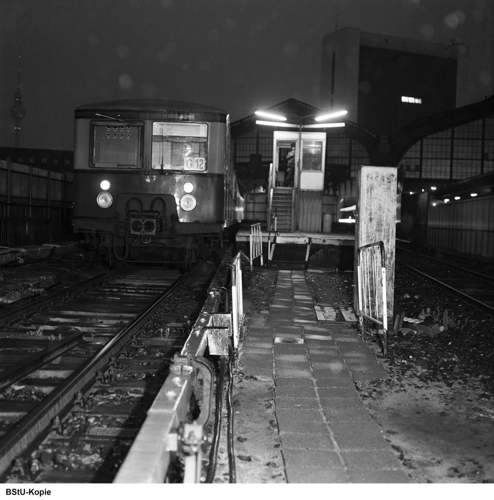 Bild: Zug und Wachpostenhäuschen