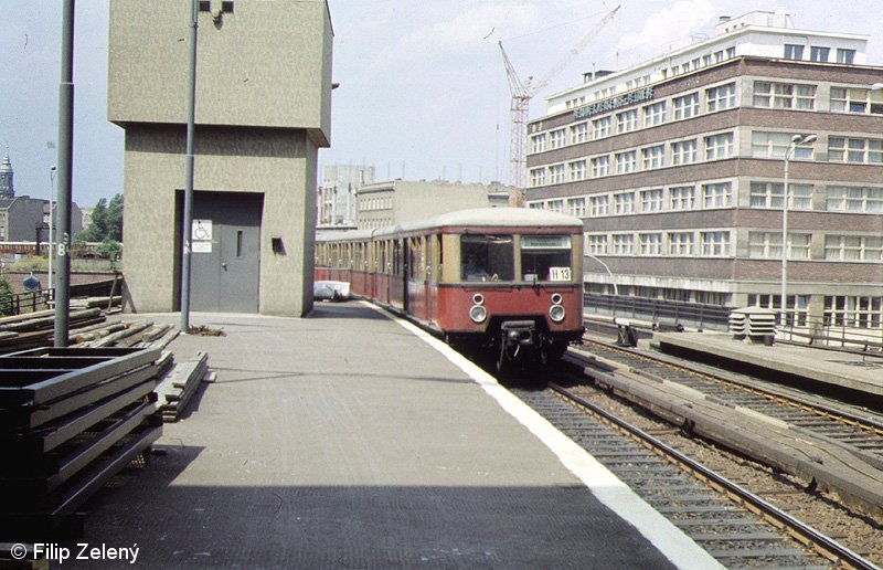 Bild: einfahrender Zug in Alexanderplatz