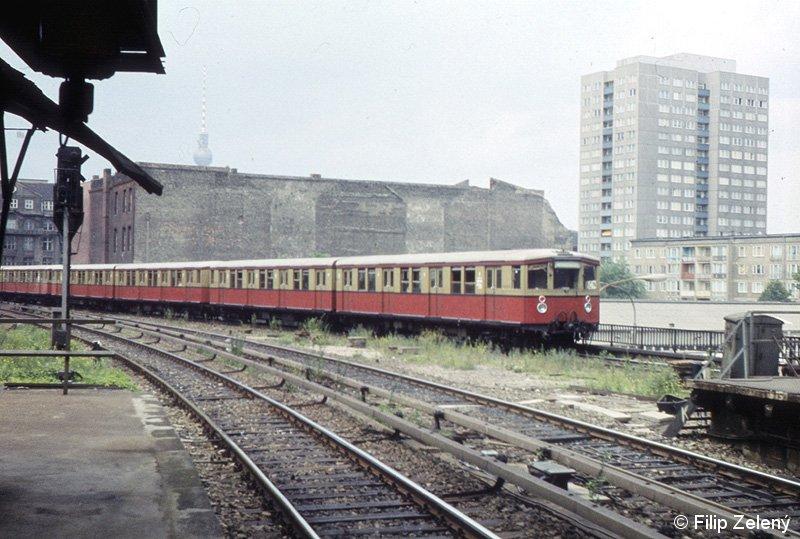 Bild: ausfahrender Zug in Ostbahnhof