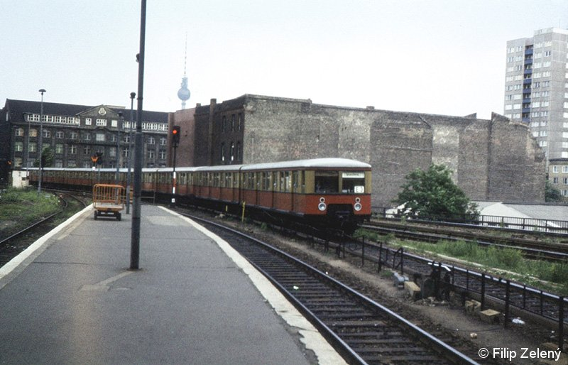 Bild: einfahrender Zug in Ostbahnhof