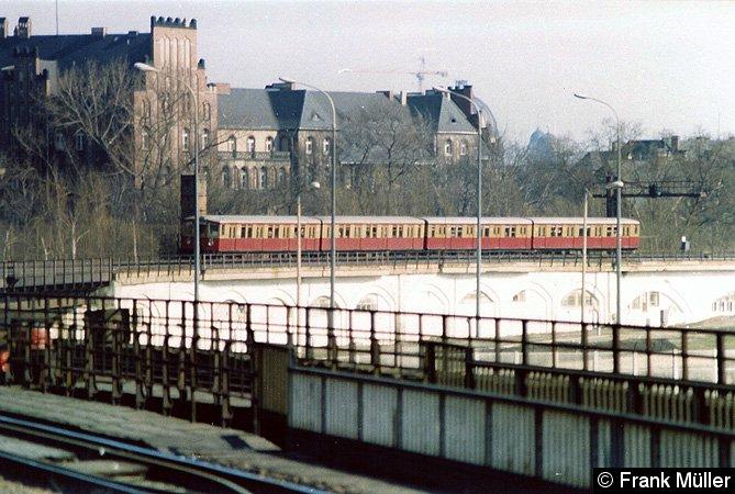 Bild: einfahrender Zug von Friedrichstraße kommend