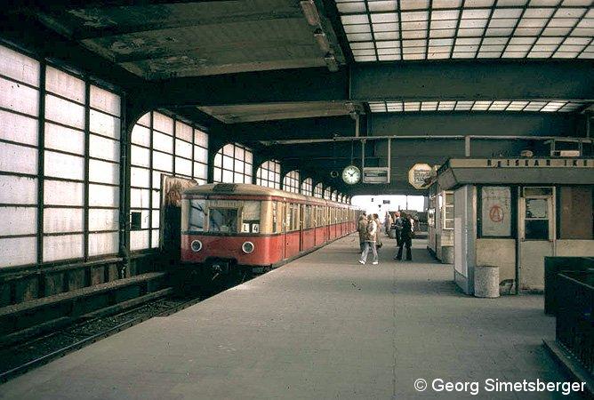 Bild: Zug im S-Bahnhof Zoologischer Garten