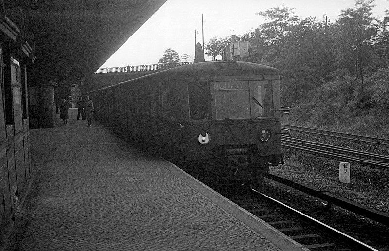 Bild: Zug im Bahnhof Heerstraße