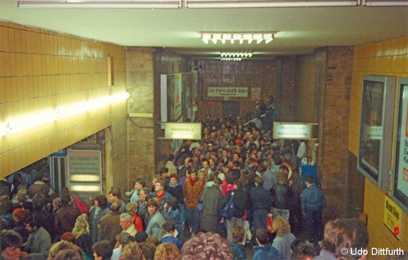 Bild: Gedränge im Bahnhof Friedrichstraße