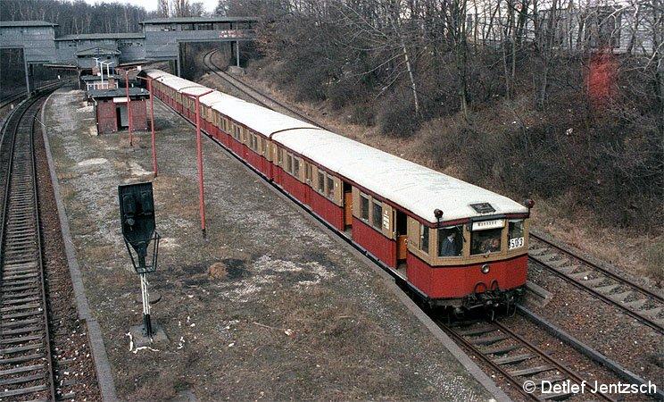Paßviertelzugeinsatz zu Ausbildungszwecken für angehende BVG-Triebwagenführer im stillgelegten S-Bahnhof Eichkamp.