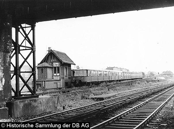 Vier Weichenhebel befanden sich in diesem sehr engen Stellwerk. Eisenbahner, die dort tätig waren, bereiteten diese vier sehr viel Arbeit.