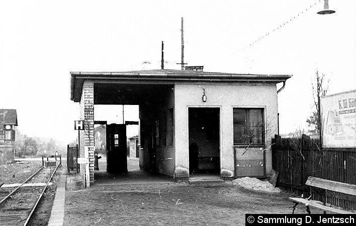 Das Passimetergebäude des S-Bahnhofes Düppel: Gut sichtbar die Wanne zum Fahrkartenlochen bzw. zu deren Rückgabe.