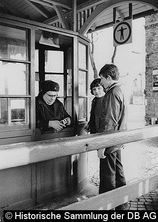 Gekleidet in dicken Klamotten und der üblichen Fellmütze mußten die Eisenbahner - meist Frauen, Kriegsinvaliden und betriebsdienstuntaugliche Mitarbeiter - in den teilweise ungeheizten Passimeterhäuschen ihre Arbeit verrichten (Bahnhof Strausberg - 1974).