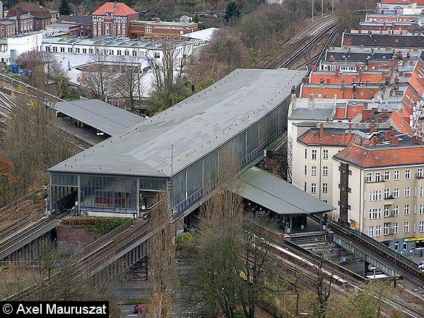 Blick vom Schöneberger Gasometer auf den Umsteigebahnhof: oben Ringbahn, unten Wannseebahn. Sehr gut erkennbar auch der 37°-Winkel der Ringbahnhalle zum unteren Bahnsteig (2007).